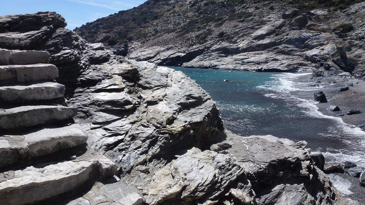 Plage de Mourou, ses eaux diaphanes lancent une invite incontournable, il règne un charme exotique, vision perdue dans les profondeurs de l'Egée Sud