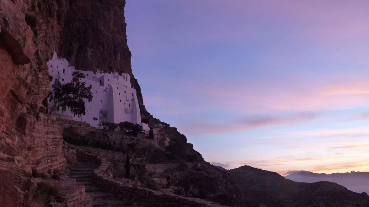 Le monastère Khozoviotissa niché contre une falaise qui domine la mer Egée de 300m. Paysages époustouflants, très spectaculaire, un bel endroit pour méditer... Sur les traces du tournage du Grand Bleu