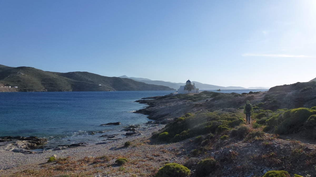 Ballade en direction de la chapelle Aghios Pandélémonas, une petite baie de rêve où les cultures frôlent la mer