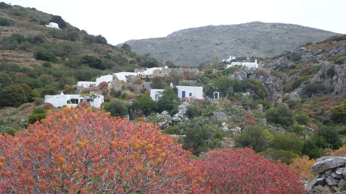 Village de Stroumbos aggripé aux rochers au dessus du ravin offre une vue panoramique sur le paysage